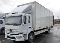 lastbil för distribution med kyl och öppningsbar sida